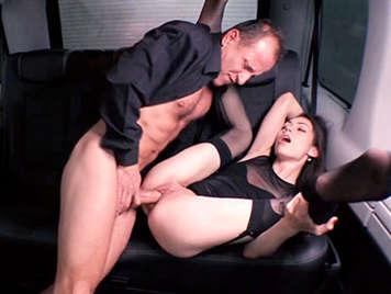 Follando en un taxi con una chica de coño chorreante y depilado