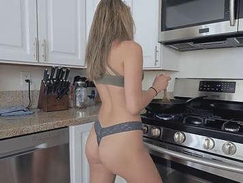 Follando en tanga en la cocina