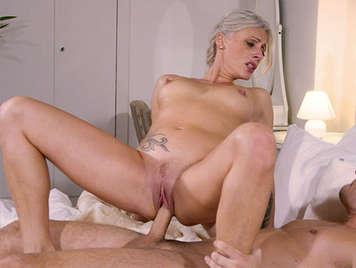 Reife Blondine mit tiefen Kehlen saugen und ficken einen großen Schwanz voller Sperma für den Mund