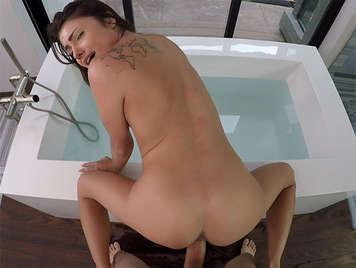 Video POV corrida facial follando a una linda adolescente en el baño