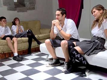 Colegialas traviesas españolas de un internado tienen clase de orgia con los chicos de la escuela
