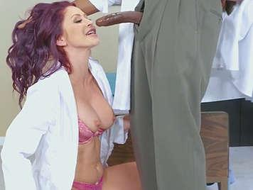 Enfermera chupa y folla la polla negra del doctor