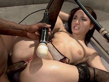Sexo extremo anal interracial con una morena atada y brutalmente sodomizada