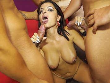 Porno español orgia bukkake con la sexy tetona AmandaX y 4 pollas