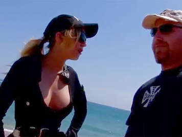 Porno casero amateur, follando el culo de una rubia policia en la playa