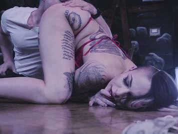 Follando a una tatuada en un puticlub de brazzers
