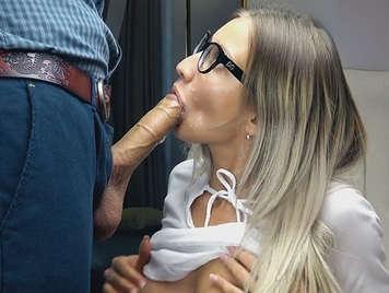Se la chupo y le tiro toda la leche en la cara despues de la mamada