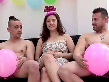 Porno casero amateur, trio de sexo duro con una lolita el dia de su 18 cumpleaños