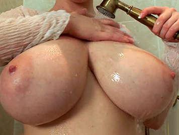 Riesiger Titten duschen Yong Pussy pic