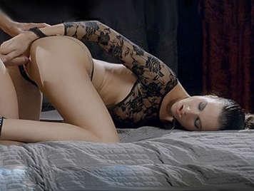 Corrida en el coño depilado de una linda adolescente en lenceria sexy con curvas