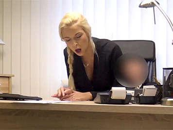 Secretaria rubia de coño depilado folla con su jefe que acaba corriendose en sus tetas