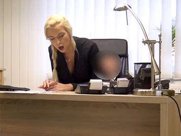 Secretary blonde Pussy fickt mit ihrem Chef rasiert, die auf ihre Titten Cumming endet