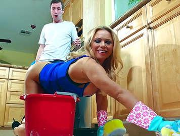 Follando una sexy sirvienta rubia milf de grandes tetas y culazo en la cocina