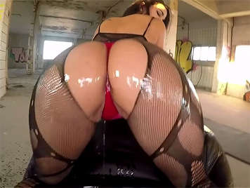 Porno español, morena de garganta profunda con culazo cubierta de aceite cabalga una polla