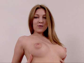 Analsex mit einem süßen russischen blonden Teenager mit geschwollenen Brustwarzen und rasierter Muschi