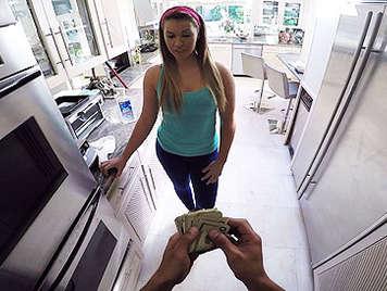 Le da dinero y se la folla a cuatro patas agarrandola de su gran culo