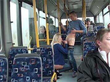 Pareja follando en un bus publico
