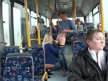 Cazzo di coppia in un autobus pubblico