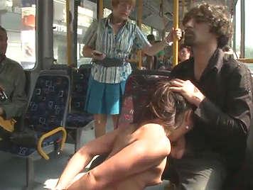 Sexo duro y sádico en autobus publico