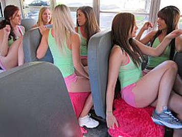 Colegialas tocandose en el bus en marcha