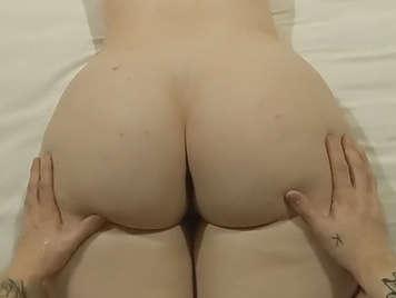 Er massiert ihren Arsch und ihre Titten und fickt ihren Arsch ab und füllt ihn mit einem guten Cumshot