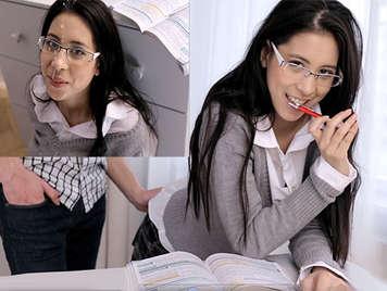 Sperma auf die Brille eines süßen frechen Schulmädchens mit rasierter Muschi