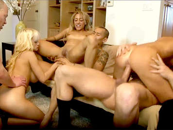 Orgia de sexo anal  con tres chicas Swingers follando con sus nuevos vecinos
