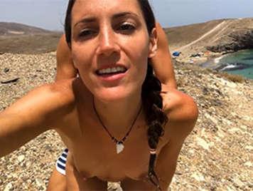 Sexo anal en la playa con una chica de tetas naturales tragando semen