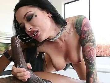 sesso interrazziale con una procace bruna tatuata