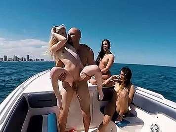 Orgia con cuatro  lindas adolescentes en un barco