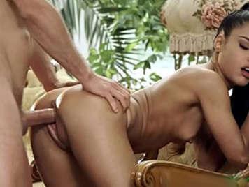 Video porno de Apolonia LaPiedra follada suave con la boca llena de esperma