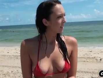 Brünette mit natürlichen Titten gefickt am Strand xxx