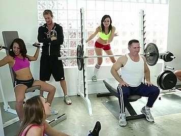 Orgia de sexo en el gimnasio con tres adolescentes calientes