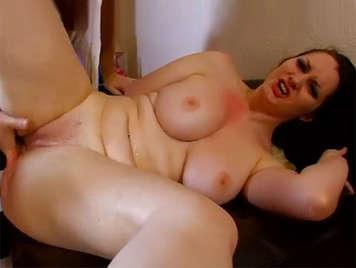 Porno amateur follando una tetona de coño chorreante se corre entre sus pechos