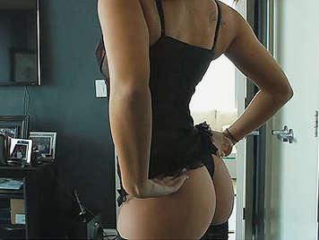 Linda modelo en lenceria de deja chupar el coño