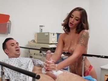 enfermera limpia la polla de los paciente con la boca
