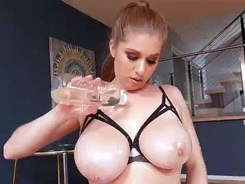 Große Brüste gefickt mit einem Gesicht voller Sperma