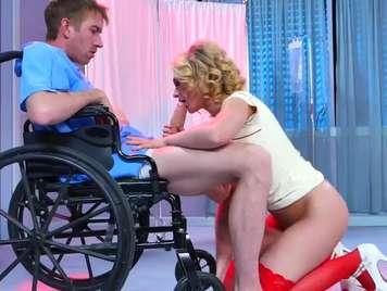 enfermera muy puta se folla al paciente de silla de rueda