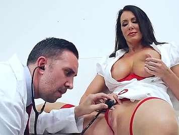 Follando a una exuberante Enfermera madura de grandes tetas
