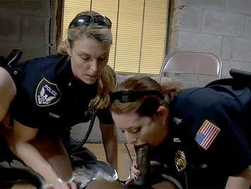 Agentes de policia con grandes tetas follando un negro en la carcel