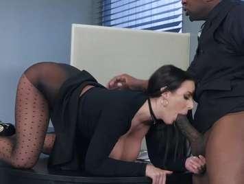 secretaria se come  un buen pollon de un negro