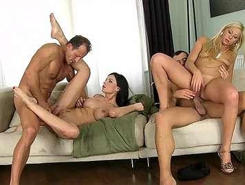 Cuarteto sexual con una rubia y una morena tetonas