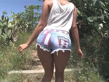 El primer casting porno de una española en pantaloncillos