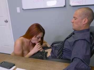 Pelirroja follando con su jefe en la oficina