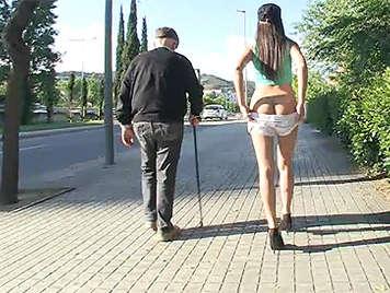 Joven latina muy loca mostrando su culo en la calle