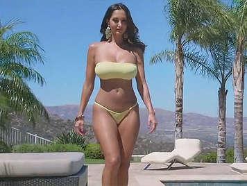 Sexo anal  con madura tetona en bikini follada en la piscina, rompiendole el culo