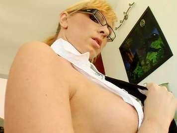 Follandose a una ejecutiva rubia con gafitas en pov