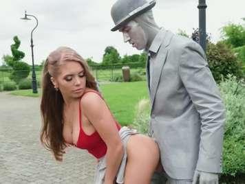 Follando con una estatua humana en pleno parque