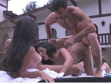 Trio anal con dos brasileñas reciben una corrida de leche en la cara