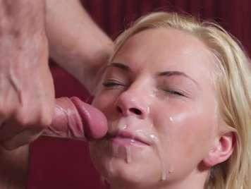 Angie Koks recibe una buena corrida facial